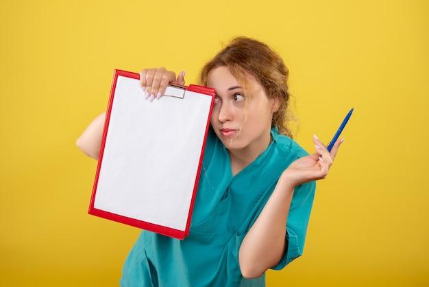 Вид спереди женщина-врач в медицинской рубашке с заметками, больничный цвет covid-19, эмоции здоровья