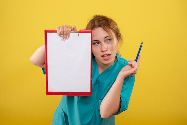 Вид спереди женщина-врач в медицинской рубашке держит заметки, эмоции здоровья больницы covid-19