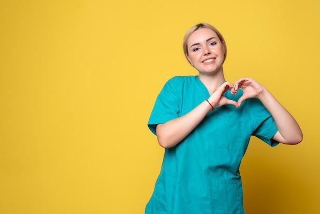 Вид спереди женщина-врач в медицинской рубашке, пандемия медицинской эмоции covid-19