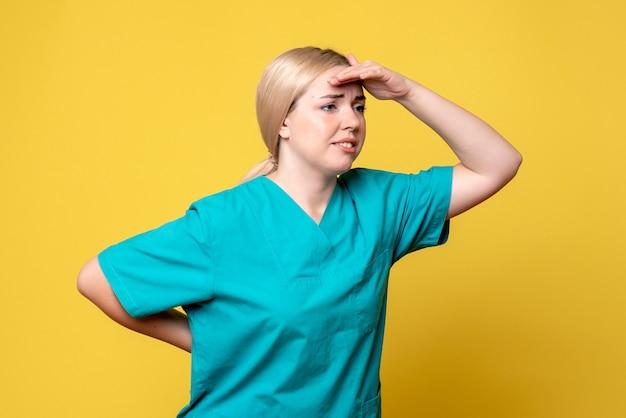 의료 셔츠에 전면보기 여성 의사, 전염병 간호사 covid-19 감정 의료진