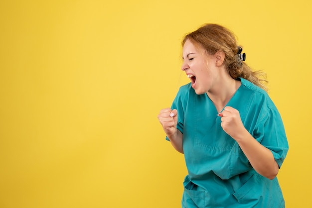 Вид спереди женщина-врач в медицинской рубашке радуется, медсестра медсестра covid-19
