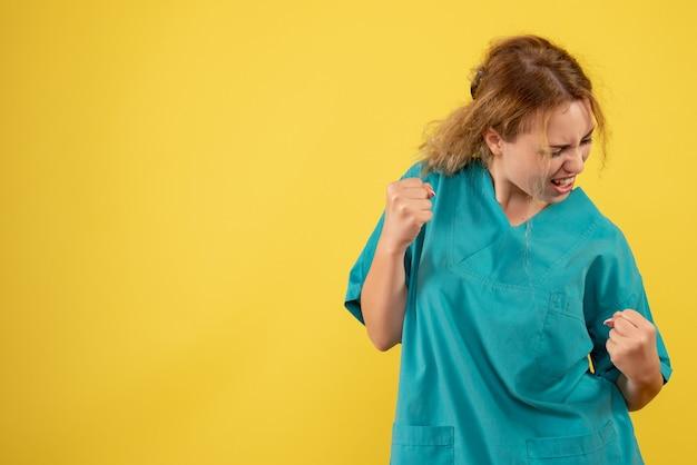 Вид спереди женщина-врач в медицинской рубашке радуется, медсестра здоровья цвета covid-19