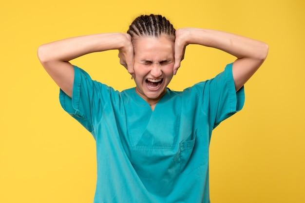 医療シャツの叫び声、ウイルスの健康感情covid-19色の病院の正面図の女性医師