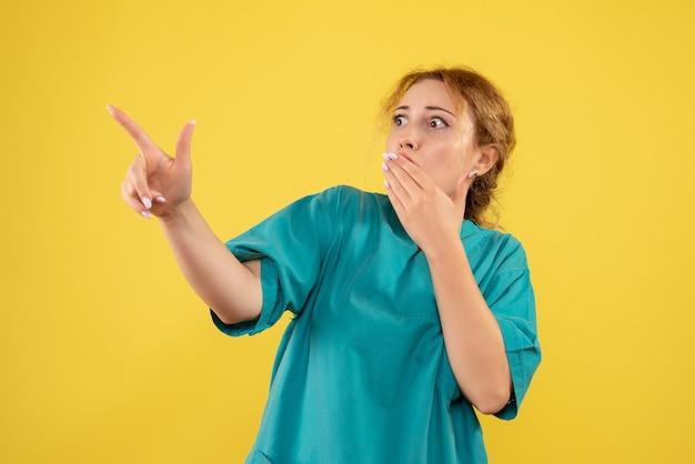 Вид спереди женщина-врач в медицинской рубашке в шоке, цветная медсестра, медик covid-19, эмоция