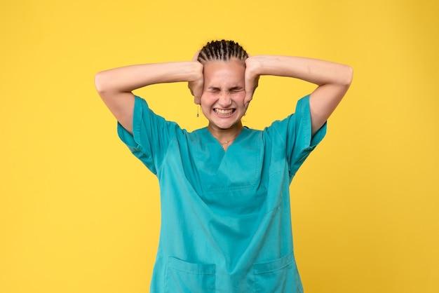 頭痛、健康医学のcovid看護師病院の色の感情に苦しんでいる医療シャツの正面の女性医師 無料写真