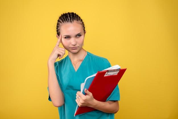 Вид спереди женщина-врач в медицинской рубашке с разными примечаниями, медсестра здоровья цвета больничной эмоции covid-19 medic