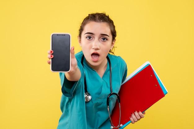 メモと電話、健康感情均一パンデミックcovid-19ウイルスと医療シャツの正面の女性医師