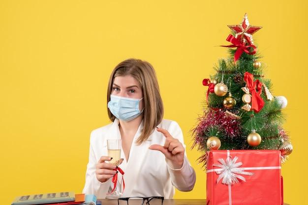 크리스마스를 축하하는 살 균 마스크에 전면보기 여성 의사