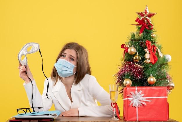 파티 마스크를 들고 살 균 마스크에 전면보기 여성 의사