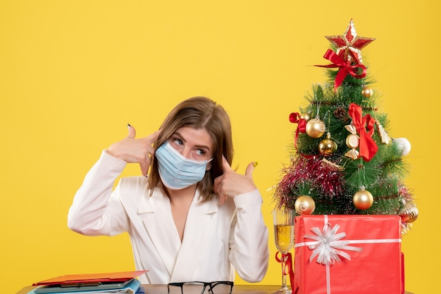 滅菌マスクの正面図の女性医師