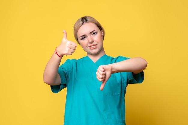 Medico femminile di vista frontale in camicia medica, infermiera covid-19 dell'infermiera pandemica di emozione