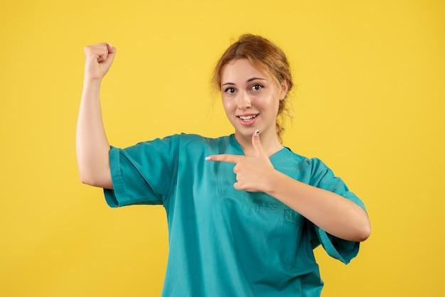 Medico femminile di vista frontale in camicia medica che flette, medico di salute covid dell'infermiera dell'ospedale di colore