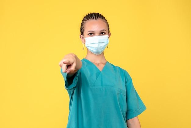 Medico femminile di vista frontale in camicia e maschera mediche, pandemia covid-19 dell'ospedale dell'infermiere di salute