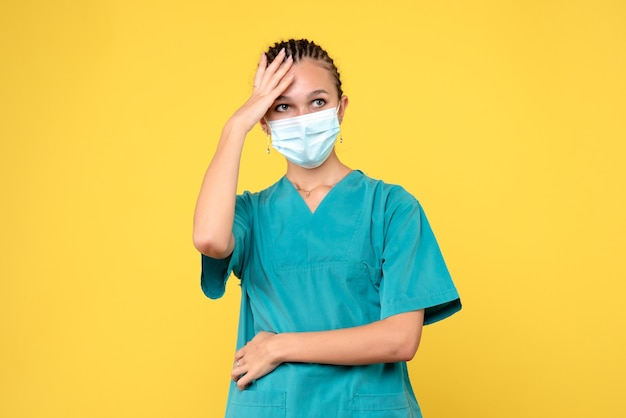 Medico femminile di vista frontale in camicia e maschera mediche, pandemia covid-19 del virus dell'ospedale dell'infermiere sanitario
