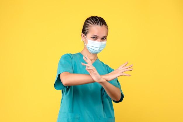 Medico femminile di vista frontale in camicia medica e maschera, ospedale medico pandemico covid-19 dell'infermiere di salute