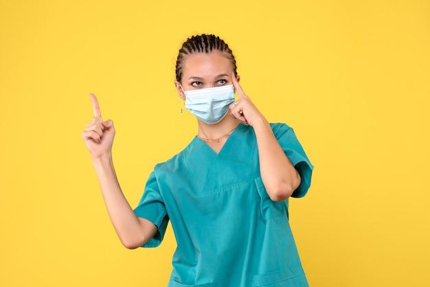 Medico femminile di vista frontale in camicia medica e maschera, salute del virus dell'ospedale di pandemia covid-19 dell'infermiera