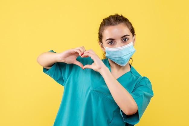 Medico femminile di vista frontale in camicia medica e maschera sterile, virus covid-19 uniforme di salute pandemica