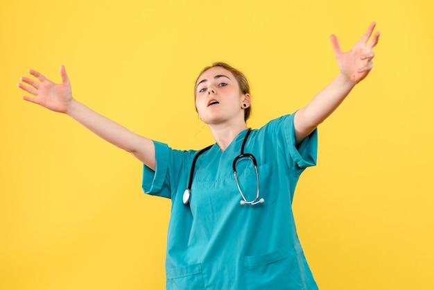 노란색 배경 감정 위생 병 병원 건강에 전면보기 여성 의사