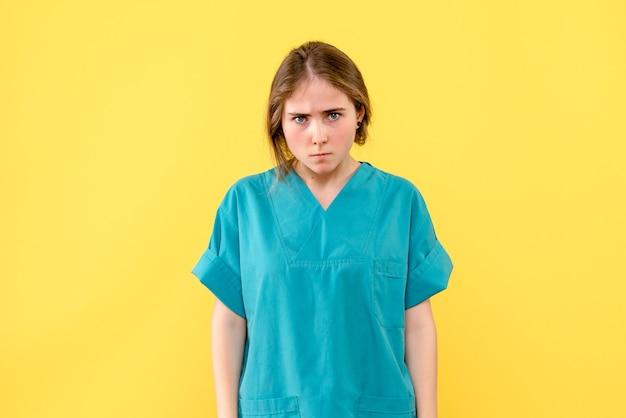 Вид спереди женщина-врач на желтом фоне медик эмоция вирус больница здоровье