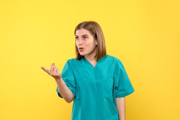 黄色いスペースの正面図女性医師