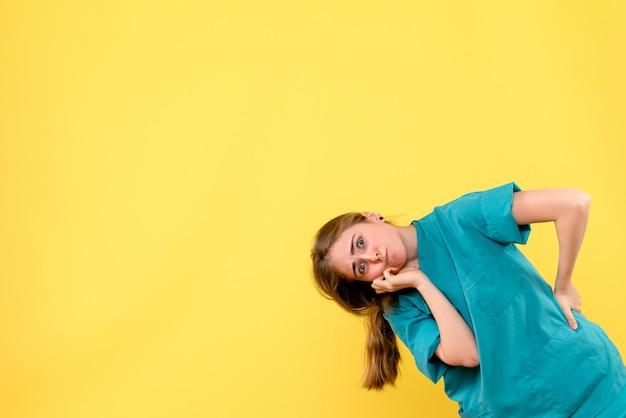 黄色の背景の健康医学感情ウイルス病院の正面図の女性医師