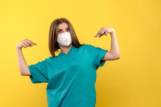 Вид спереди женщина-врач на желтом пространстве