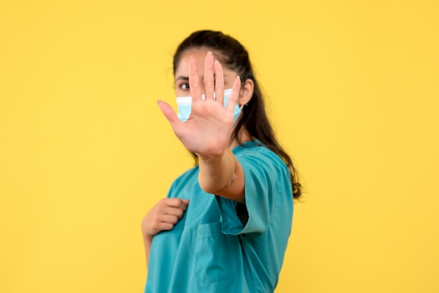 Вид спереди женщина-врач, кладя руку перед ее лицом
