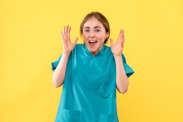 노란색 배경 감정 의료진 병원 건강에 기쁨 전면보기 여성 의사
