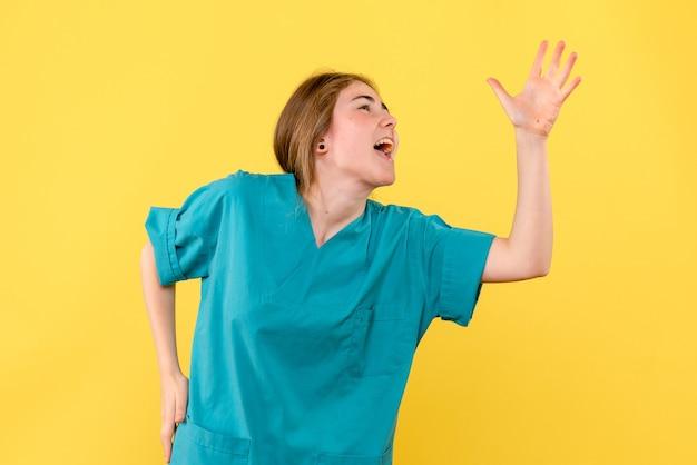 노란색 배경 감정 병원 의료진 건강에 기쁨 전면보기 여성 의사