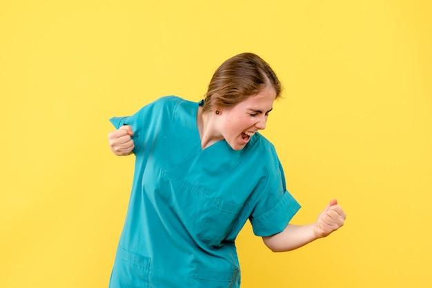 노란색 배경 의료진 건강 병원 감정에 기쁨 전면보기 여성 의사