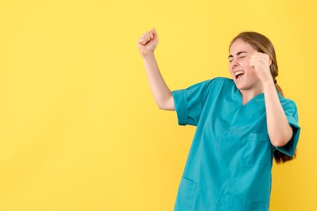 노란색 배경 의료진 건강 병원 바이러스 감정에 기쁨 전면보기 여성 의사