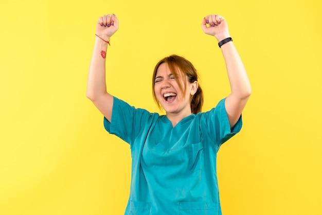 노란색 공간에 기쁨 전면보기 여성 의사