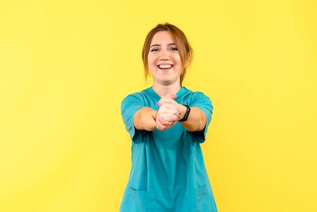 黄色の空間に笑みを浮かべて正面図女性医師