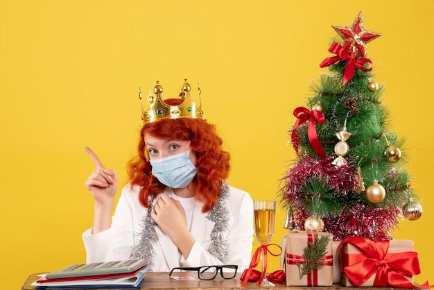 Medico femminile di vista frontale in maschera sterile con corona