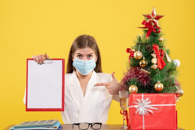 Medico femminile di vista frontale nella mascherina sterile