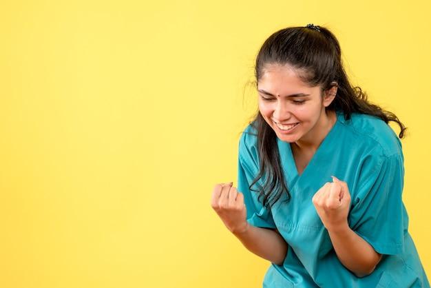 Medico femminile di vista frontale in uniforme che mostra la condizione vincente di gesto