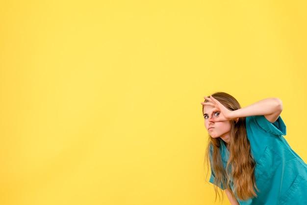 Medico femminile di vista frontale sull'emozione dell'ospedale del medico di salute del fondo giallo