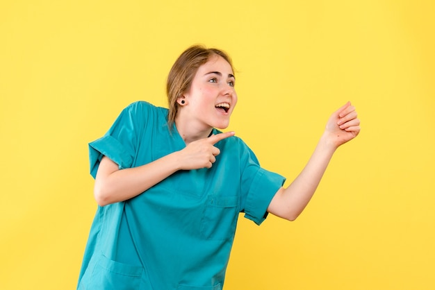 Medico femminile di vista frontale sull'ospedale di emozione del medico di salute della scrivania gialla