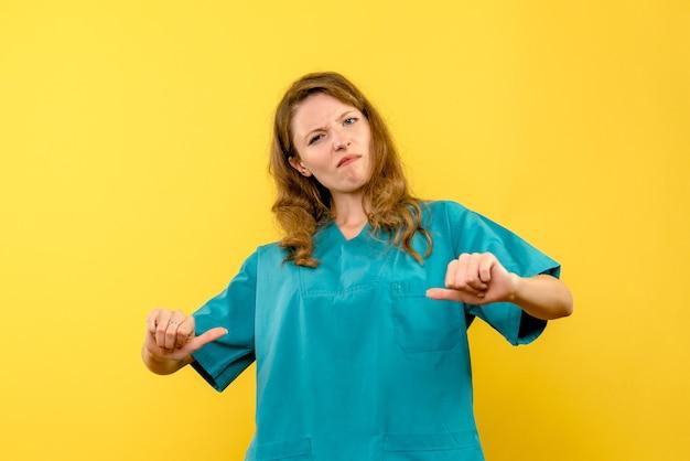 Vista frontale della dottoressa sulla parete gialla
