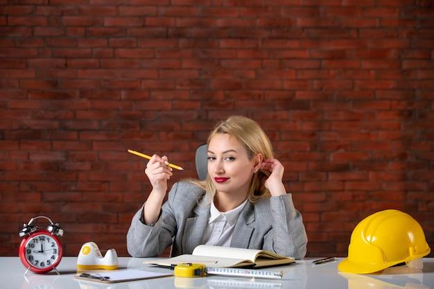 그녀의 작업 장소 뒤에 앉아 전면보기 여성 엔지니어