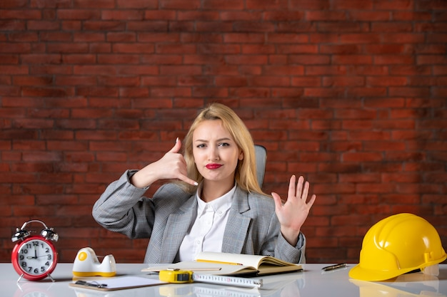 Вид спереди женщина-инженер, сидящая за своим рабочим местом