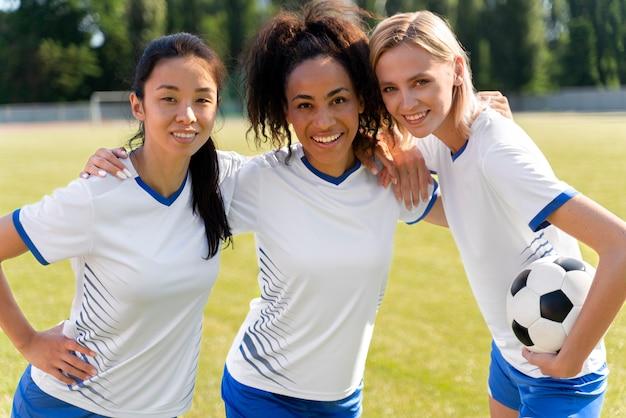 正面図の女性サッカーチームのポーズ