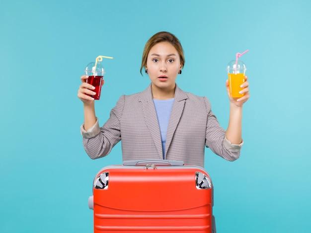 파란색 배경 여행 항해 휴가 여행 바다 비행기에 신선한 음료를 들고 휴가에 전면보기 여성