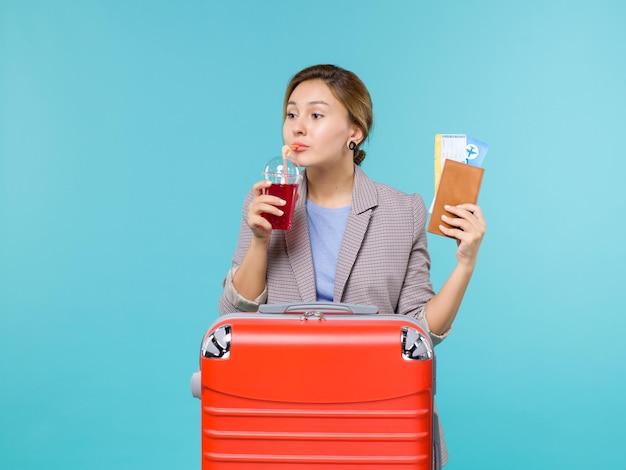 파란색 배경 항해 비행기 휴가 여행 여행 바다에 주스와 티켓의 신선한 유리를 들고 휴가에 전면보기 여성