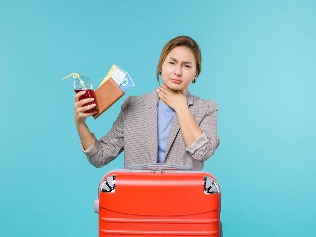 파란색 배경 여행 항해 휴가 여행 바다 비행기에 티켓과 주스를 들고 휴가에 전면보기 여성