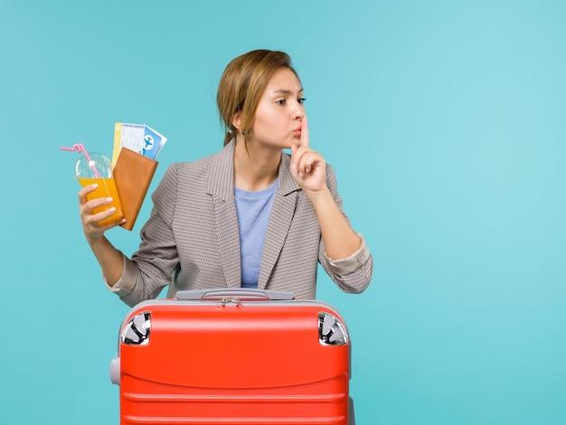 파란색 배경 휴가 비행기 여행 항해 바다 여행에 티켓을 들고 휴가에 전면보기 여성