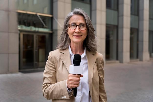 Giornalista di vista frontale che prende un'intervista