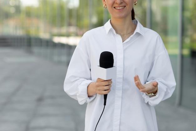 コピースペースを持つ正面図の女性ジャーナリスト