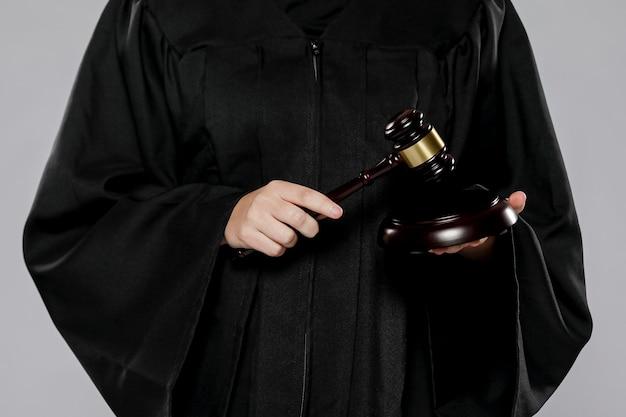 Vista frontale del giudice femminile con martelletto