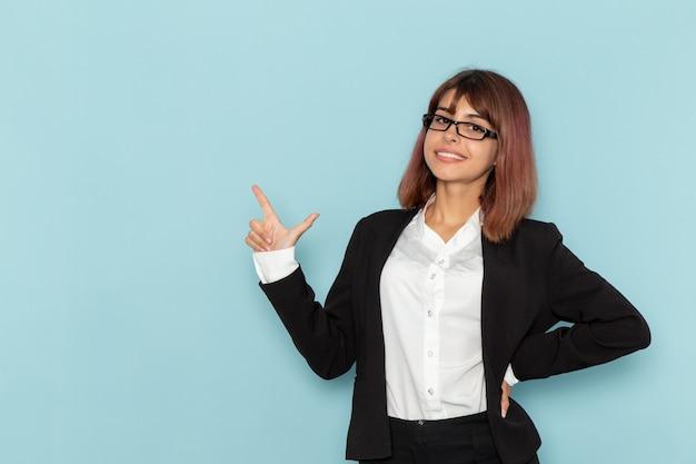 전면보기 여성 회사원 미소하고 파란색 표면에 포즈